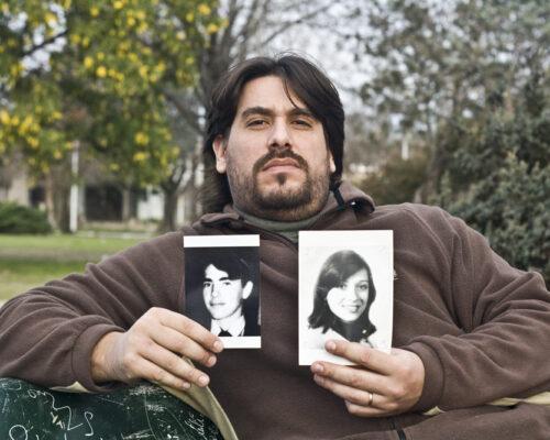 Guillermo-Pérez-Roisinblit-holding-pictures-of-his-biological-parents1
